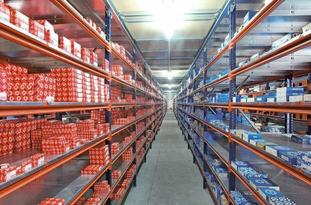 Widespan-shelving-with-metal-shelf-panels-